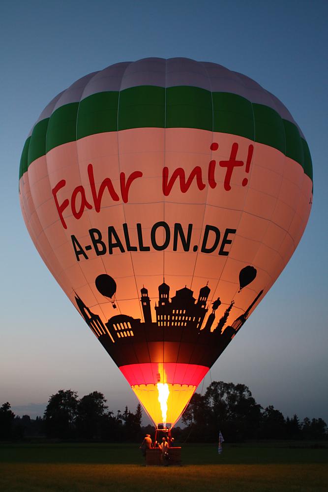 Der Augsburger Heißluftballon in Stadtfarben und der Skyline.