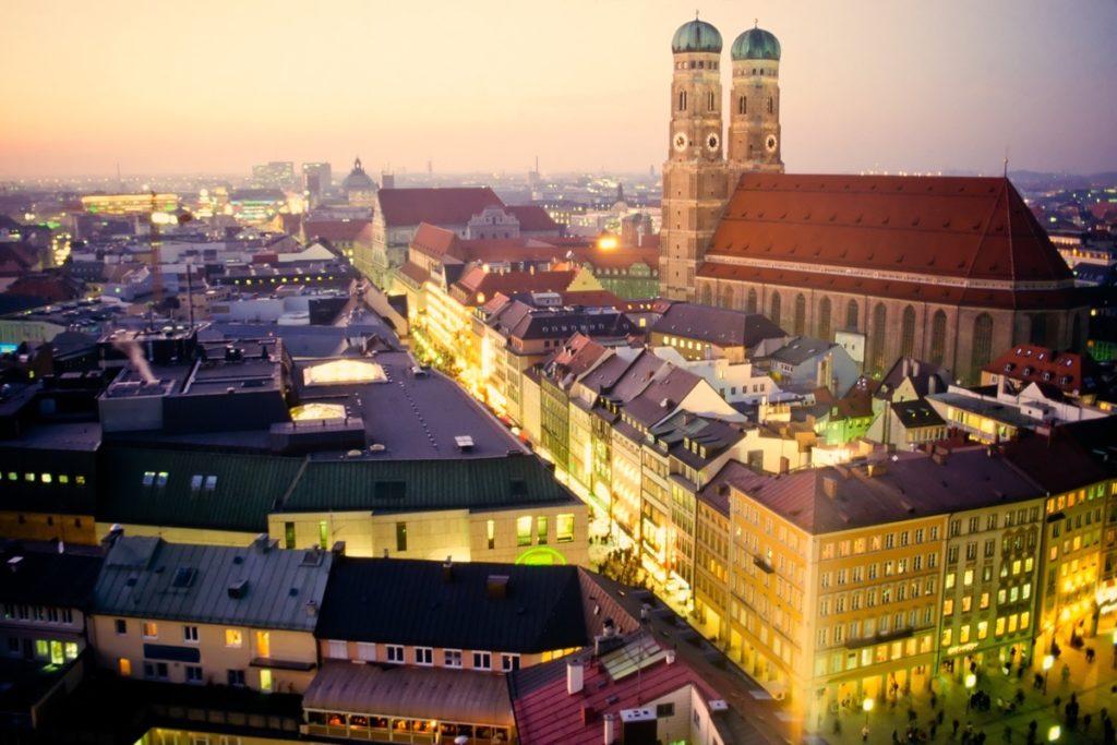Die Frauenkirche in München bei Nacht.