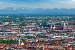 Die Sicht vom Olympiaturm mit Blick auf die Alpen.