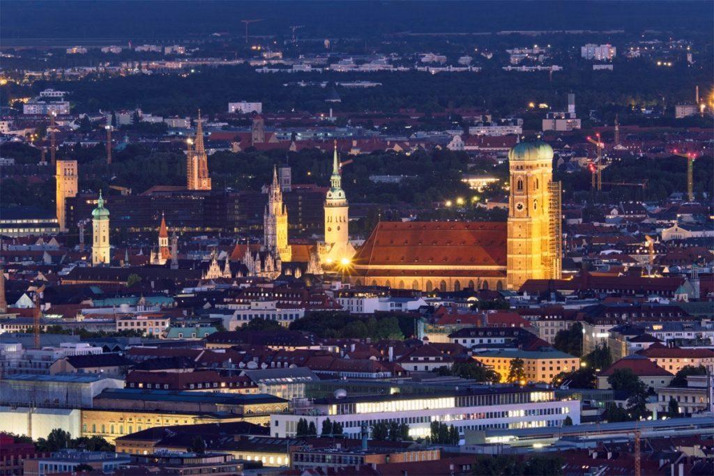 München bei Nacht mit angeleuchteter Frauenkirche im Herzen von München.