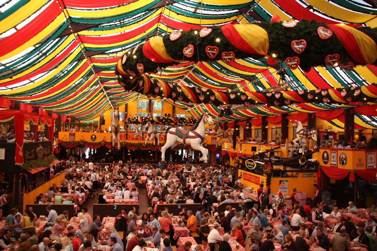 Das Oktoberfest in München zieht jährlich millionen Touristen an