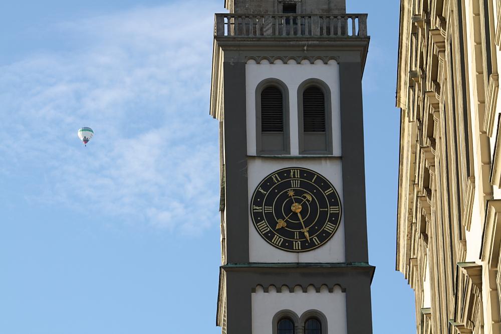 Der Perlachturm von Augsburg mit der Uhr